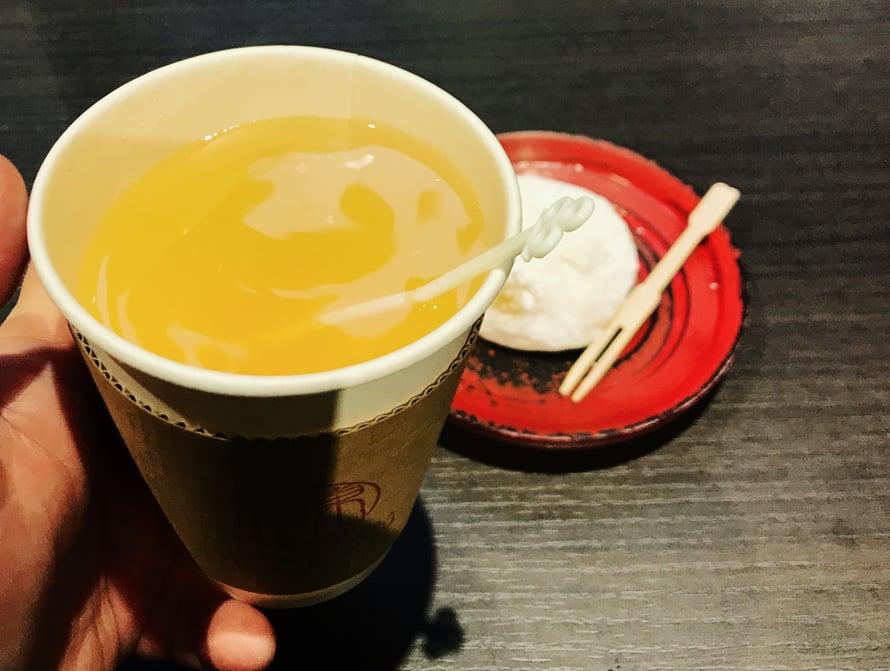 Lämmintä yuzu-mehua ja riisikakkunen.