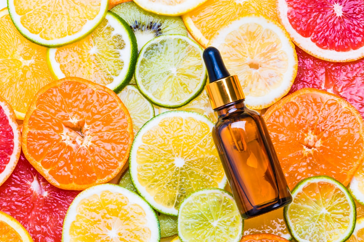 Askorbiinihappo tunnetaan tutummin C-vitamiinina. Se sopii kaikille ihotyypeille, mutta herkkäihoisen kannattaa aloittaa korkeapitoisen tuotteen käyttö yhtenä iltana viikossa ja tihentää väliä pikku hiljaa.