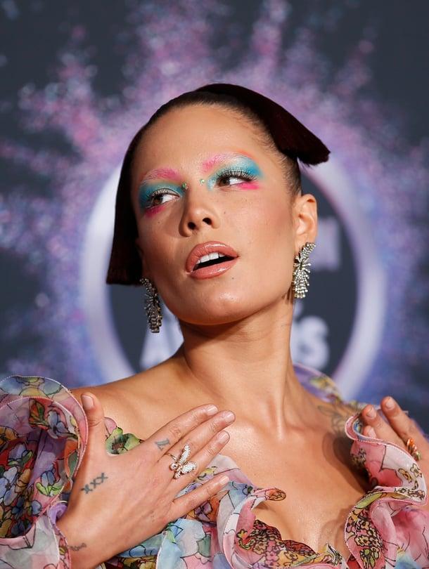 Laulaja Halsey suosii usein värikästä silmämeikkiä.