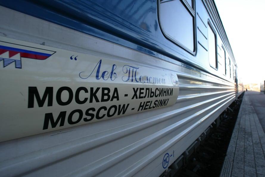 Lev Tolstoi -yöjuna lähtee Helsingistä alkuillasta ja saapuu Moskovan Leningradski-asemalle aamulla yhdeksän aikaan. Juna on täysin modernisoitu sitten neuvostovuosien.