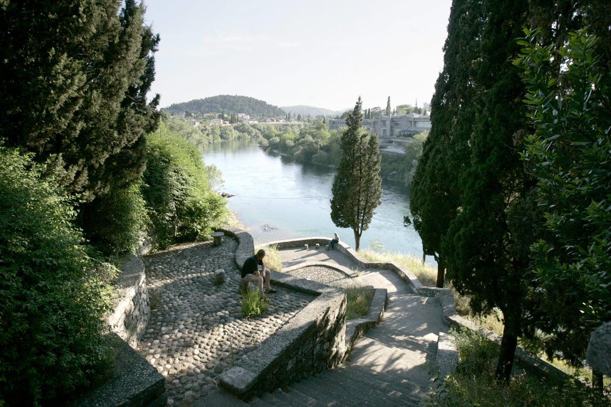 Tällaisiin maisemiin pääsee Montenegron pääkaupungissa, mutta mikä kaupungin nimi olikaan?