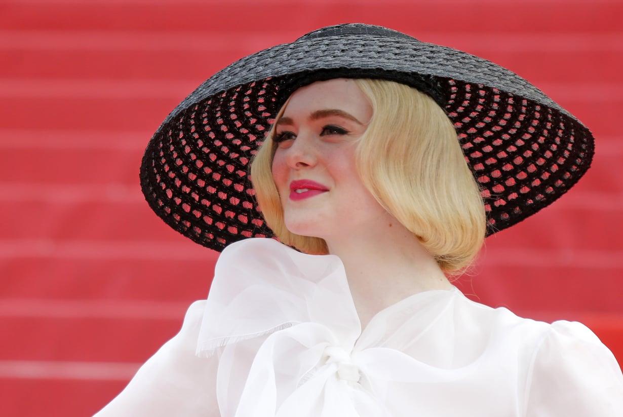 Näyttelijä Elle Fanning luotti klassikoihin eli mustiin rajauksiin ja reippaaseen huulipunaan Cannesin filmijuhlien punaisella matolla.