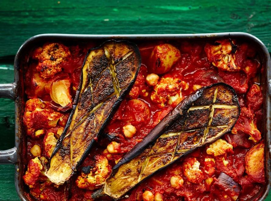 Helppo intialaisittain maustettu kasvispata valmistuu uunissa itsekseen. Sinun ei tarvitse kuin odottaa.