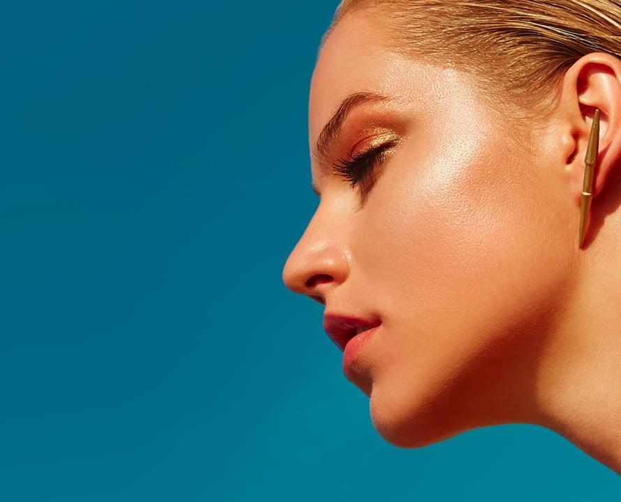 Supertrendikäs kiiltävä hipiäkin on helppo saavuttaa, jos iho on luonnostaan rasvainen.