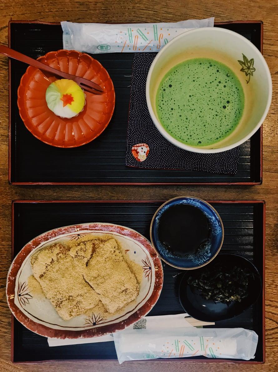 Kurssin lopuksi nautitaan japanilaista teetä ja teeherkkuja. Ylätarjottimella matchani, alhaalla Naokon mochit.