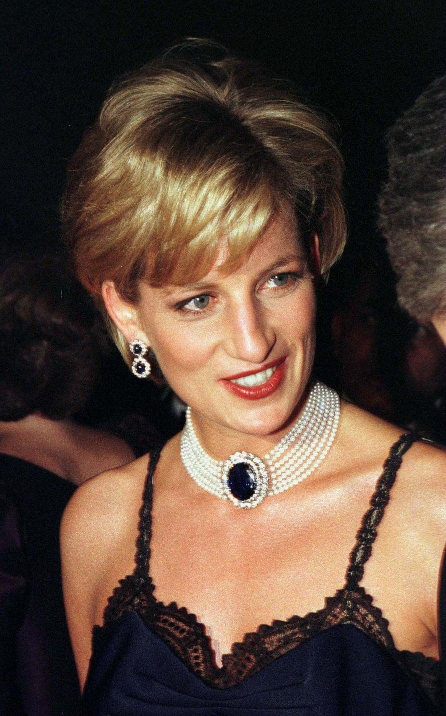 Korvat paljastava hiusmalli on kenties Dianan onnistunein. Rento, mutta silti tyylikäs.