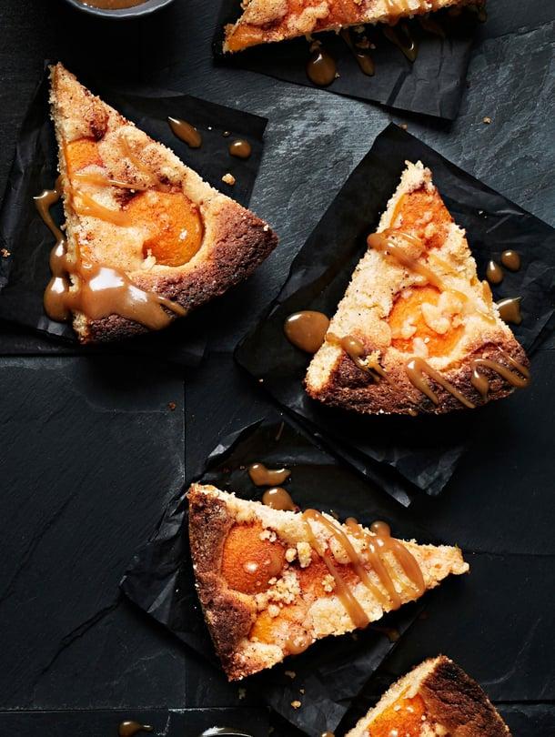 Suolainen muusijauhe, mehevät aprikoosit ja makea kinuski tekevät tästä piirakasta täydellisen.
