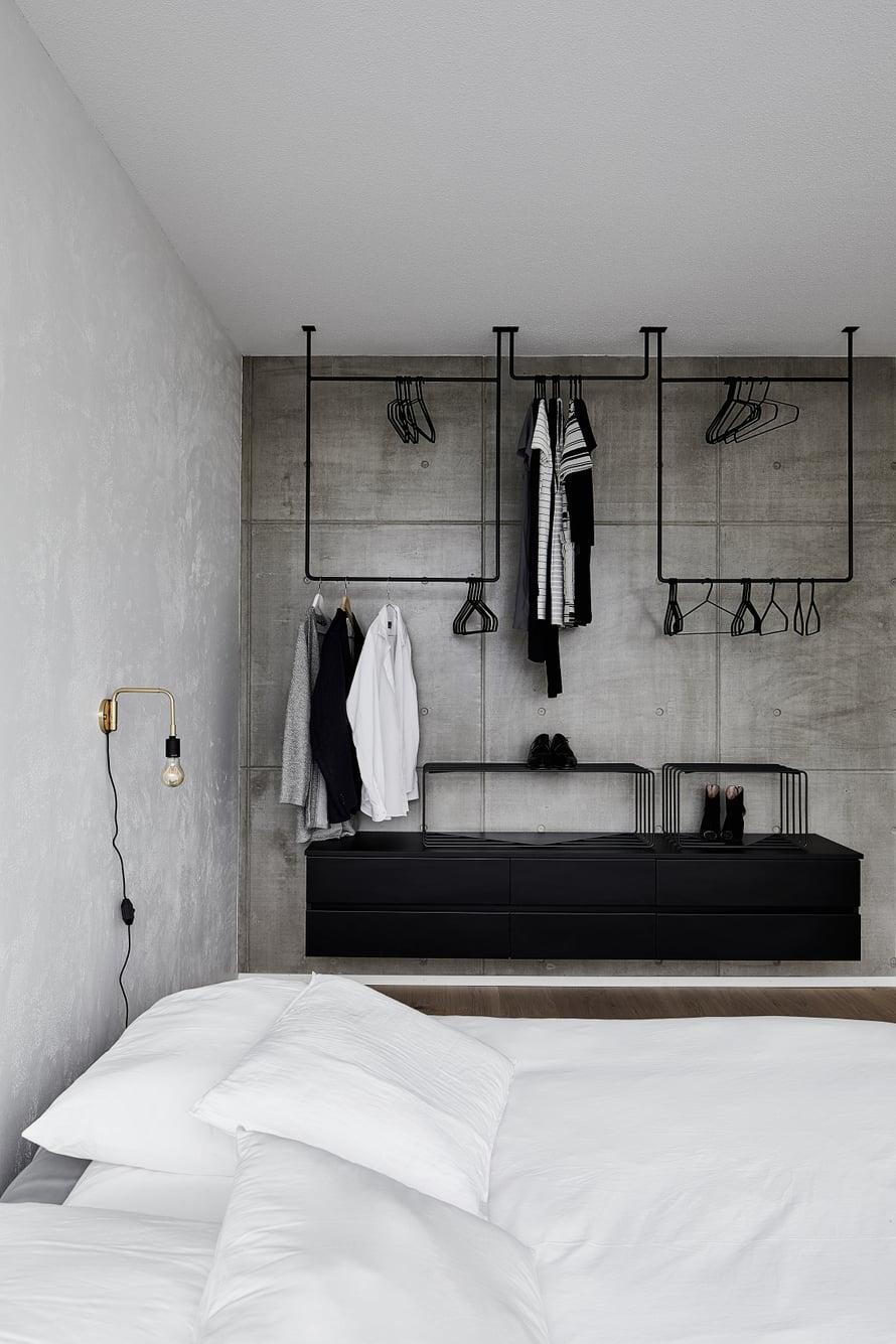 Makuuhuoneessa ei ole kaappeja vaan Annan suunnittelemat ja metallipajan valmistamat rekit. kuva: Krista Keltanen