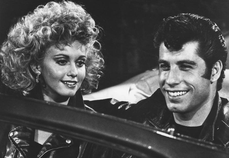 Olivia Newton-John ja John Travolta Greasessa. Hekö muka lukiolaisia?