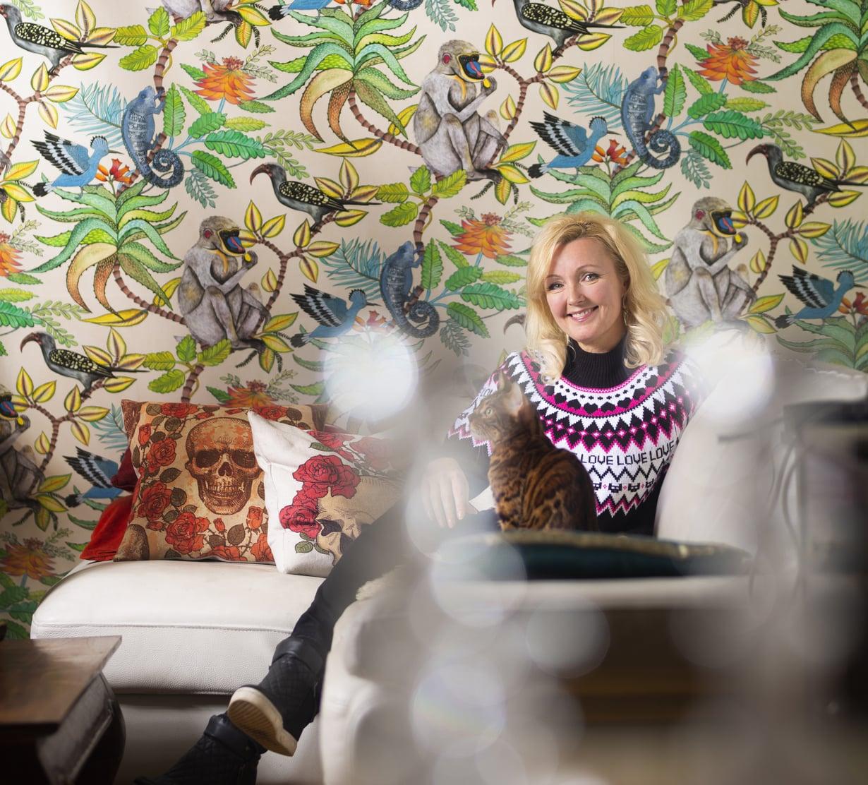 Marin Helsingin-kodin olohuoneessa on komea tapetti ja räväkät tyynyt.