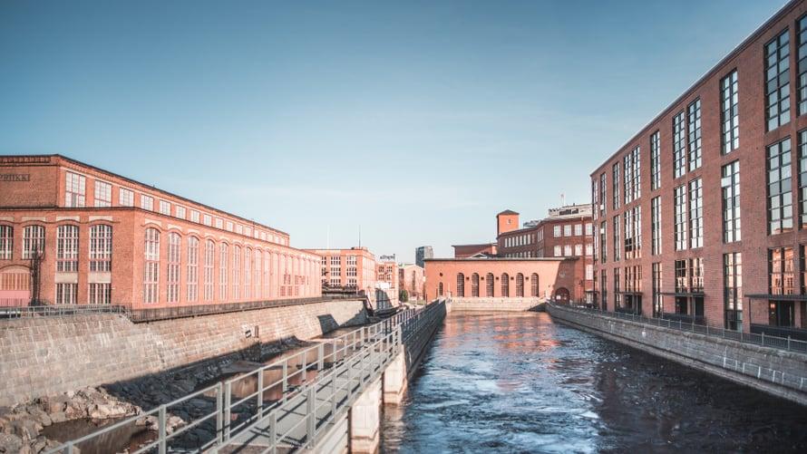 Museokeskus Vapriikki lepää Tammerkosken rannassa. Kuva: Visit Tampere / Laura Vanzo