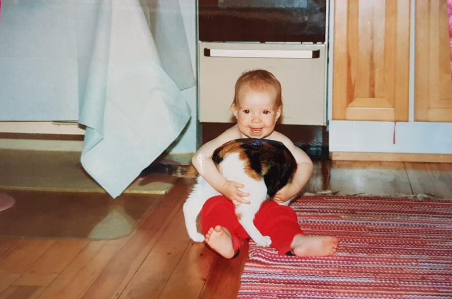 Tässä mä halaan serkkujen kissaa.