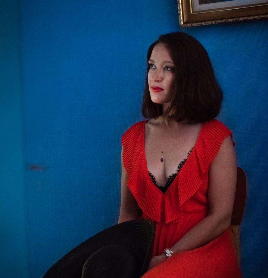 Elsa Saisio pääsi tekemään viime kesänä kahta täysin erilaista roolia, kun hän kuvasi sekä Kevyttä yläpilveä että Kontio & Parmas -sarjoja.