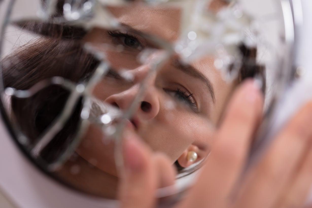 Narsistisen kuoren alla on usein rikkinäinen ihminen. Kuva: Shutterstock