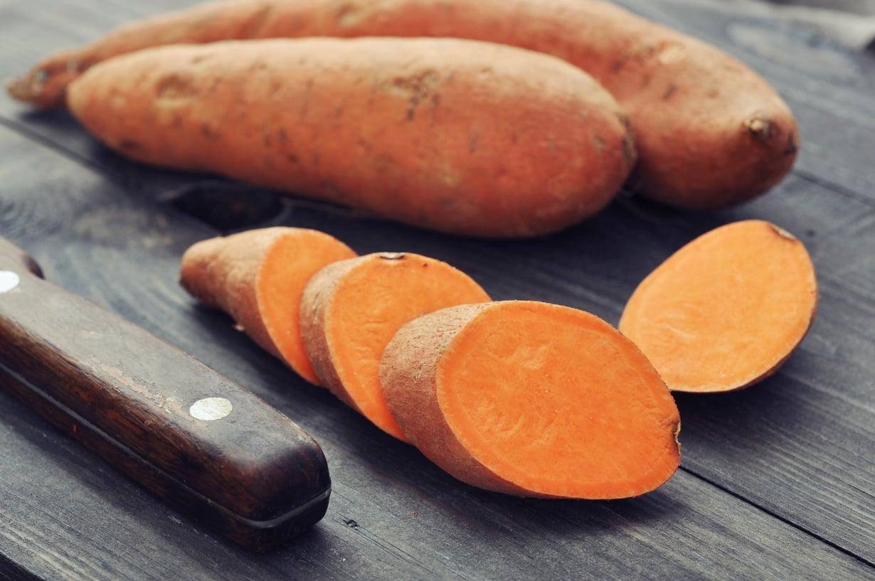 Keittämisen, uunissa paistamisen tai grillaamisen lisäksi makea bataatti soveltuu esimerkiksi keittoihin, piirakoihin, patoihin, muussiin tai laatikoihin. Kuva: Shutterstock