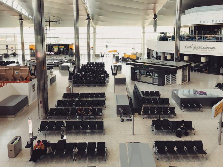 Tässä Heathrown-hallissa yskimiset kaikuivat.