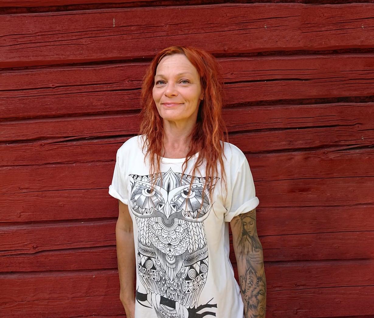 Janna Kari työskentelee siivoojana ja asuu neljän koiransa kanssa punaisessa 25 neliön mummonmökissä Tervajoella.
