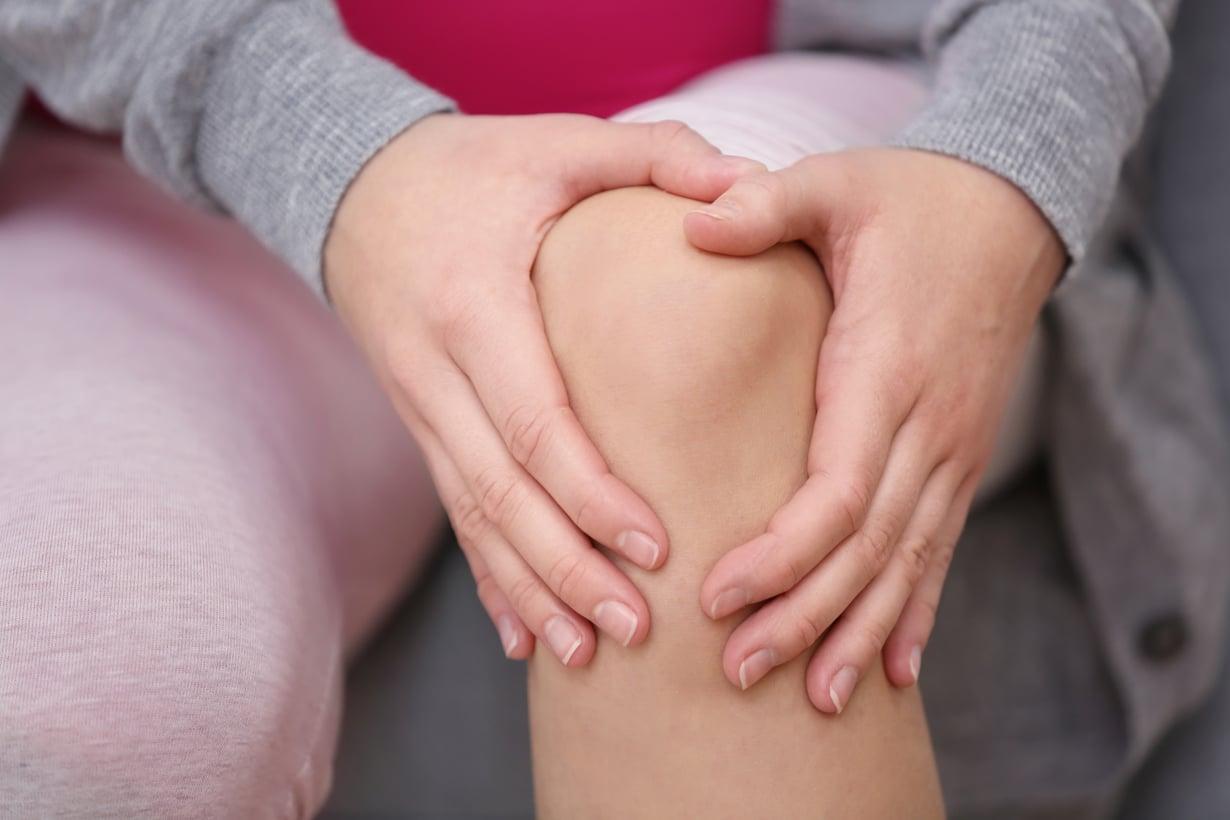 Vähitellen kehittynyttä polvikipua voi hoitaa kotioloissa. Kuva: Shutterstock