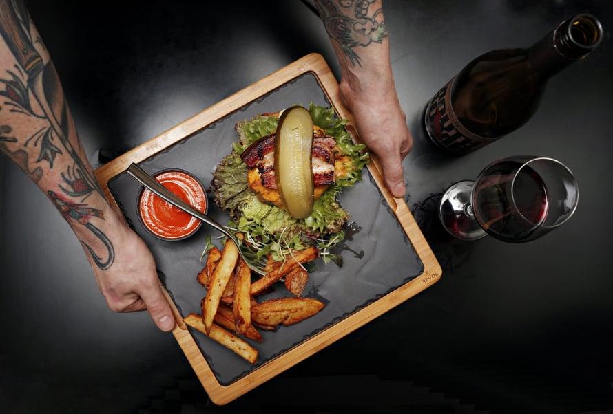 Kolmos3n vakiolistan hatuton artesaaniburgeri on maistamisen arvoinen. Kuva: Sanoma-arkisto
