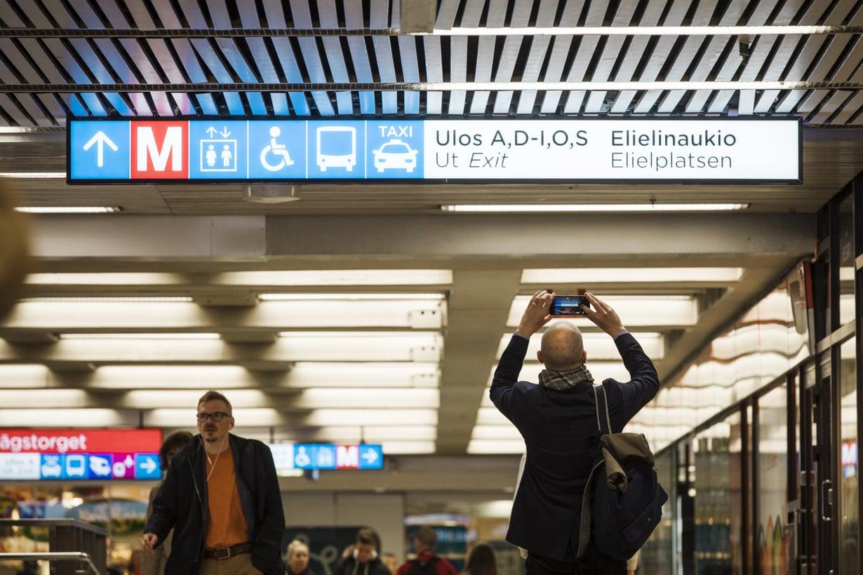 Rautatieaseman kryptiset opasteet eivät ainakaan helpota kaupunkiin sopeutumista. Adios? Kuva: Sanoma-arkisto / Rio Gandara