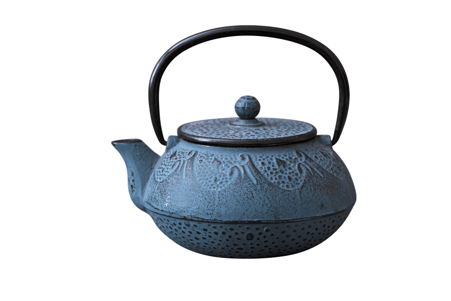 """Teepannu oli kallis hankinta, kun Meeri 15-vuotiaana muutti omilleen. """"Rakastan teetä ja haalin niitä liikaa. Sitä saa olla kymmeniä erilaisia, joista valita juuri oikea nimenomaiseen hetkeen."""""""