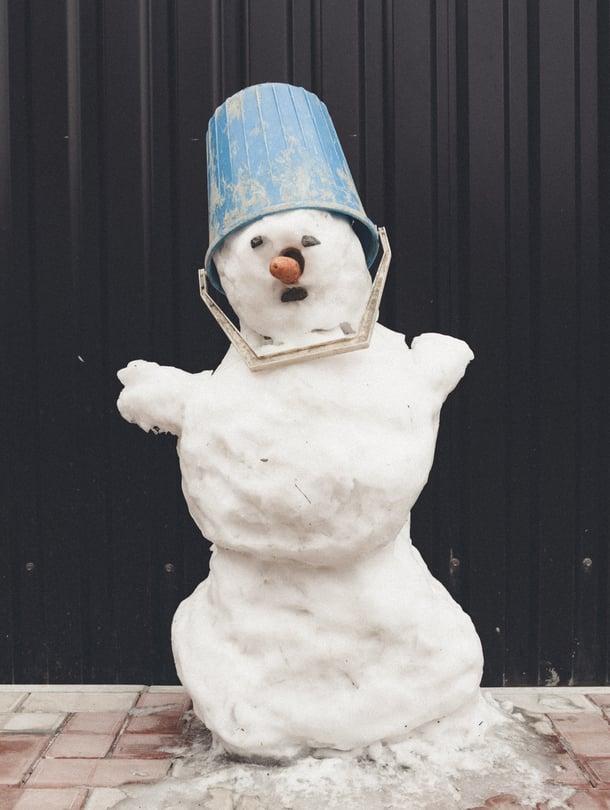 """""""Suomi nousuun"""", sanoi kikyttäjä kun lumiukkoa kasasi."""