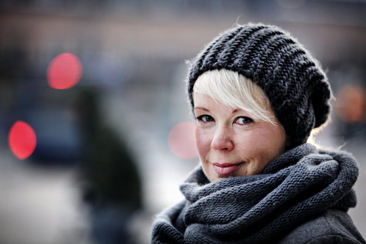 Kirjailija, dokumenttiohjaaja ja kolumnisti Elina Hirvonen. Hänen uusinta kirjaansa odotettiin viisi vuotta, ja pian se ilmestyy. Kuva: Vesa Oja / Sanoma-arkisto