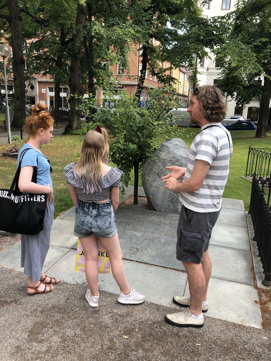 """Tukholmassa voitiin käydä shoppailemassa, koska jäljellä oli enää yksi laivamatka Helsinkiin. """"Shoppailun sivutuotteena tytöt 'pakotettiin' Olof Palmen haudalle. Älä koskaan jätä käyttämättä tilaisuutta pieneen yleissivistävään opetustuokioon, hahaa!"""""""