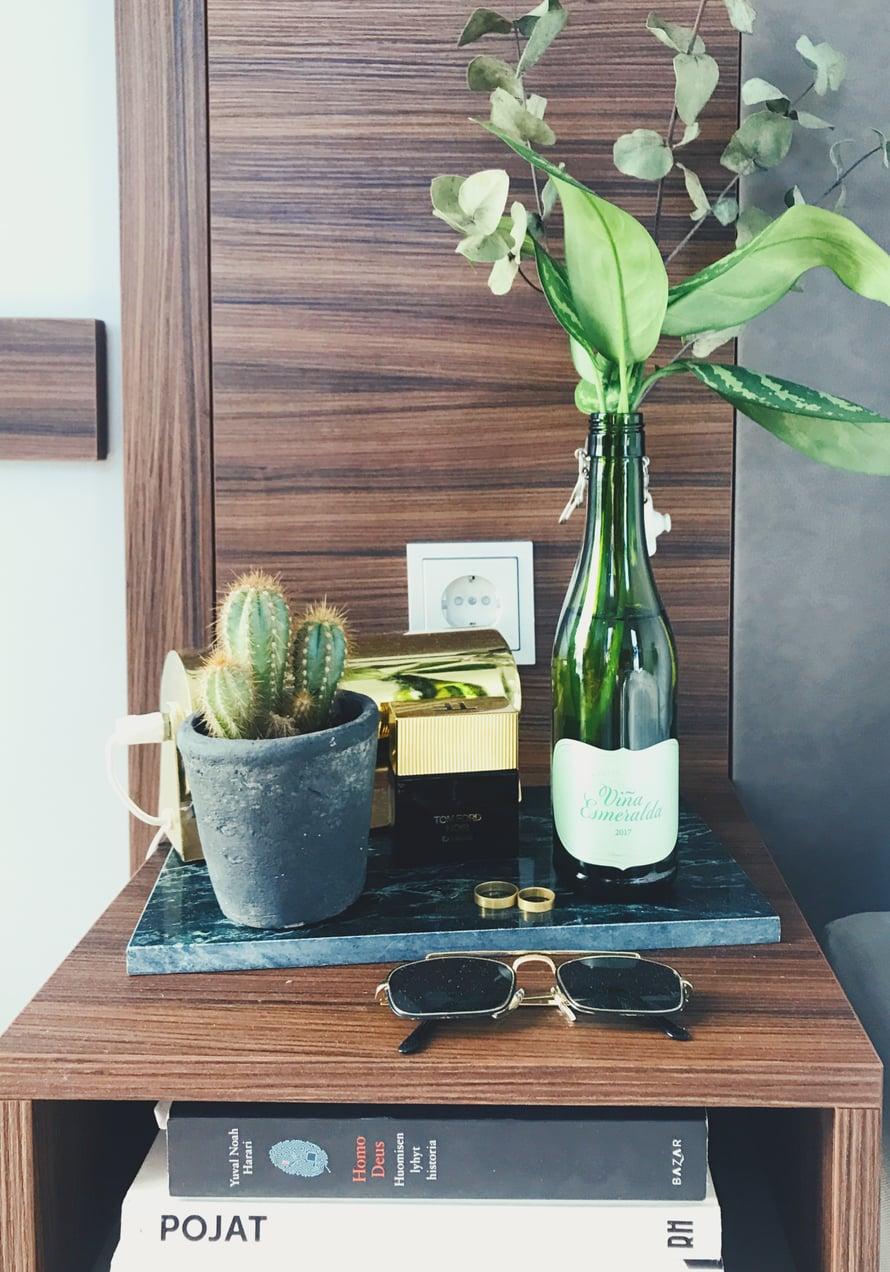 Joonaksen yöpöydällä on aina jotain lukemista, ja tietenkin viherkasveja.