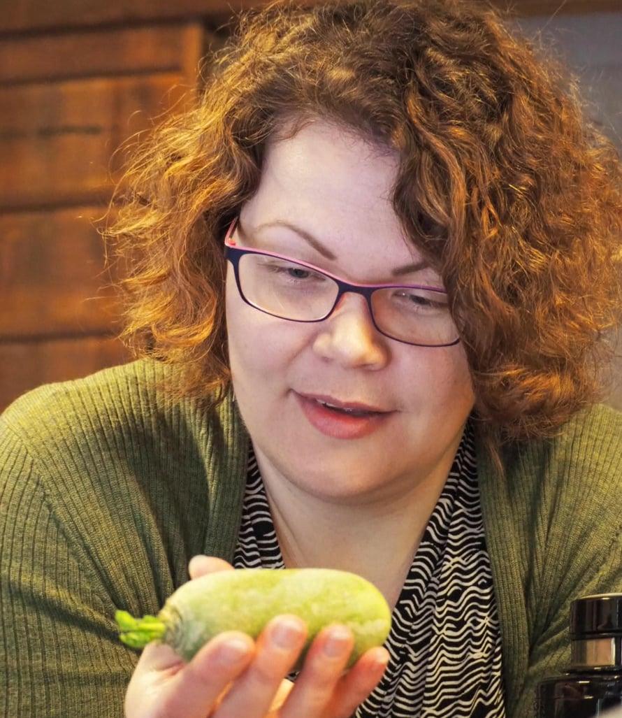 Anna-Kaisa pitelee wasabia, tuota arvokasta japanilaiskasvista.