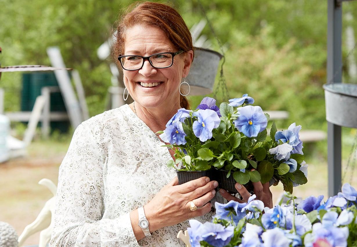 """""""En usko kasveille juttelemiseen, enemmänkin niiden uhkailemiseen"""", puutarhuri Eija Keckman vitsailee."""