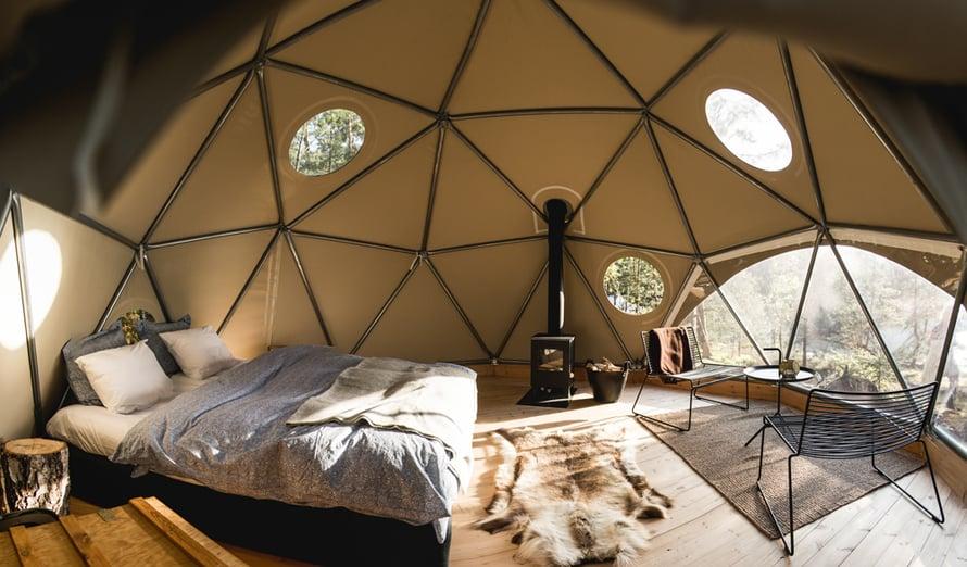 Luksusteltta pitää sisällään mm. kaminan ja ylellisen sängyn.