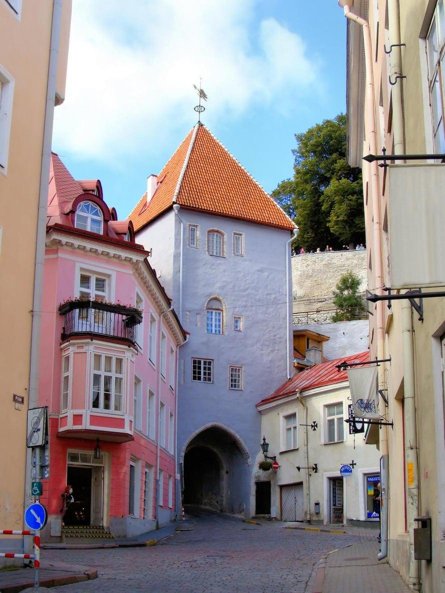 """Tallinnan vanhankaupungin kaduille on ilo eksyä. Kuva: <span class=""""photographer"""">Shutterstock</span>"""