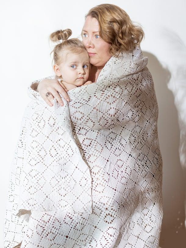 Anna tyttärineen. Onnellinen pieni perhe. Kuva teoksesta Äitiyden Jälki - Tarinoita syntymästä  (Cozy Publishing).