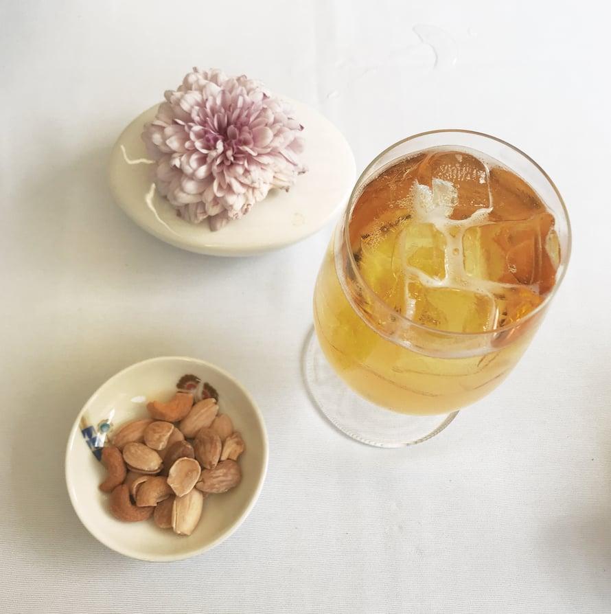 Iltapäivän virkistäjä: alkoholiton siideri Ranskasta ja pähkinöitä hotellin terassilla.