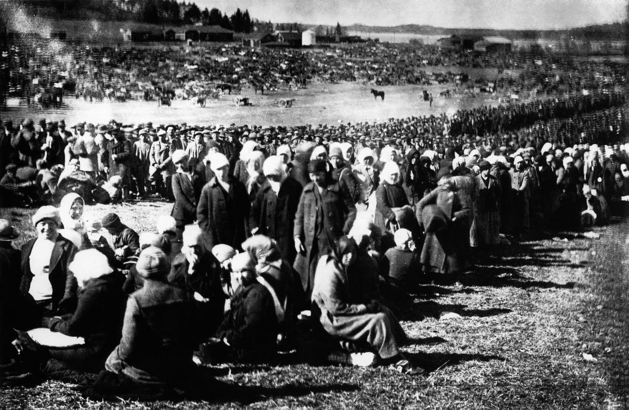 Turun naiskaartilaisia ja sotilaita Fellmanin kentällä, jonne vankeja kerättiin ennen siirtoa Hennalaan. Siellä kuvaaminen oli kiellettyä.