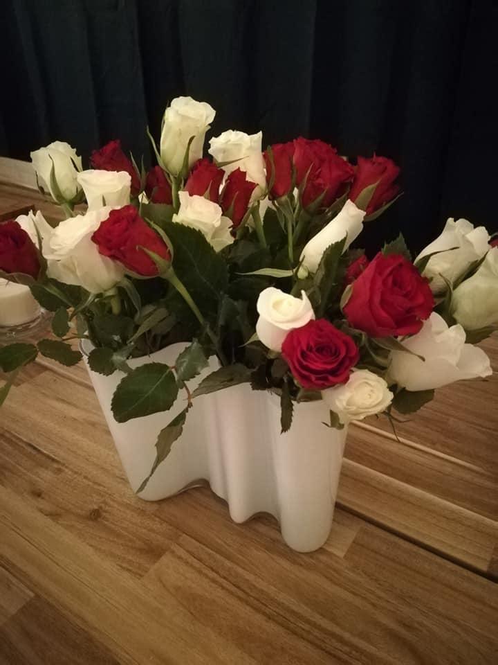 Punavalkoiset ruusut viimeistelevät joulutunnelman.