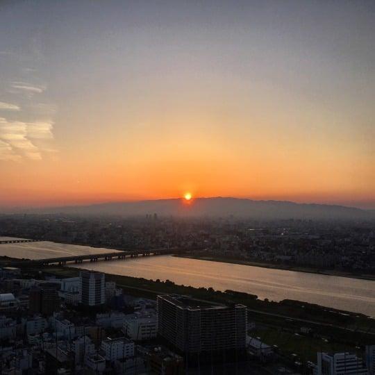 Kuvissa Osakan pilvenpiirtäjät ja auringonlasku. Välillä Osakaankin saa edullisempia lentoja kuin vaikkapa Tokioon. Toisaalta luotijuna tai jatkolento maksaa sieltä Tokioon, jos sinne haluaa. Mutta suosittelen Osakaakin kyllä Japanin-kävijälle: se on himpun verran taiteellisempi ja anarkistisempi kuin Tokio.