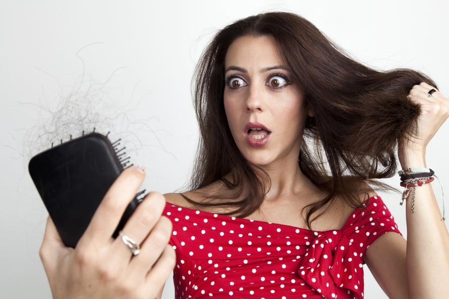 """Hiukset alkavat oheta tyypillisesti 50 ikävuoden jälkeen, mutta jopa jo kolmekymppisenä. Kuva: <span class=""""photographer"""">Shutterstock</span>"""