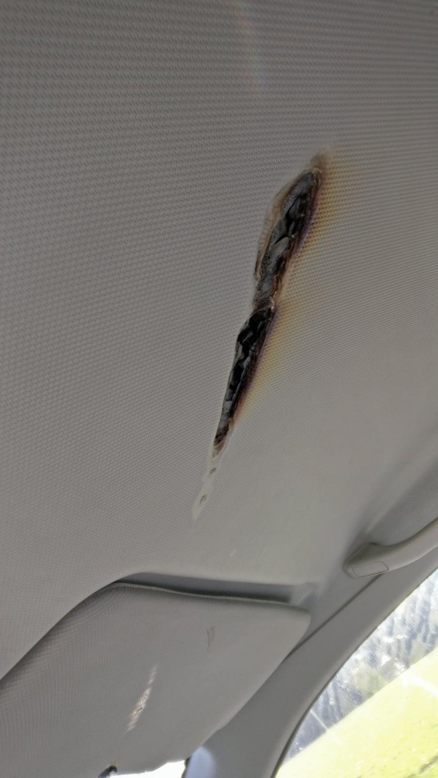 """""""Älkää pitäkö meikkipeilejä autossa. Katto näyttää nyt tältä"""", Anniina Ijäs sanoo."""