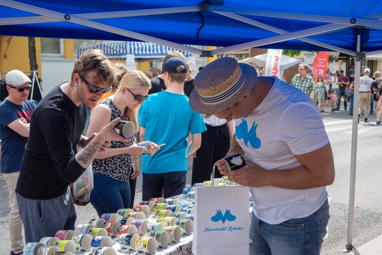 Muumimukit rahaksi -yrittäjä Rasmus Rantanen viihtyy usein kesäisillä markkinoilla.