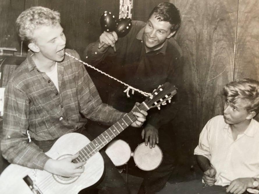 """<cutline_leadin>Kesä 1960. """"Opin skidinä soittamaan kitaraa nopeasti korvakuulolta. Tässä olen 13-vuotias."""""""