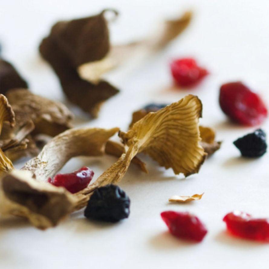 Kuivattuja sieniä on helppo murustella ruokiin.