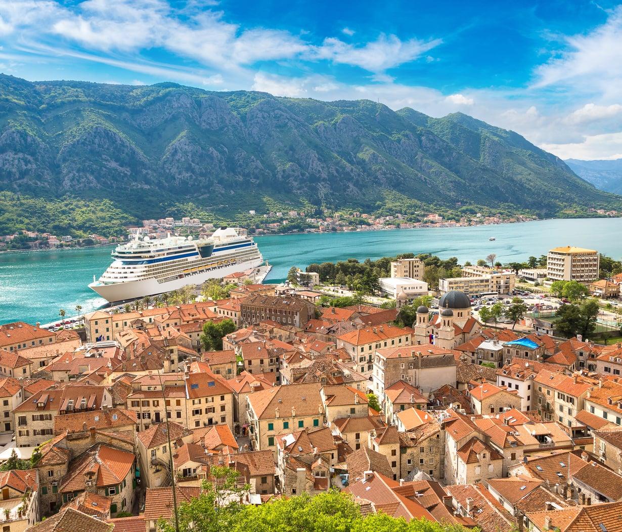 Risteilyllä maissa ollaan 6–12 tuntia. Tässä Montenegron Kotor.