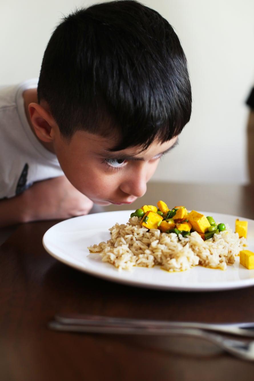 Tässä perheessä kaikki ovat kasvissyöjiä. Kuusivuotias Yuvi ei kavahda tulisiakaan makuja. Kuva: Milka Alanen
