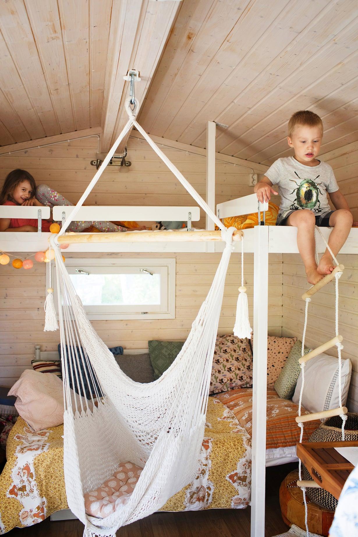 Lisätilaa parvella. Rebekka ja Ruben kiipeävät köysitikkaita parvelle nukkumaan. Pieni Rosalia ei osaa vielä käyttää niitä eikä edes yritä isompien perään.