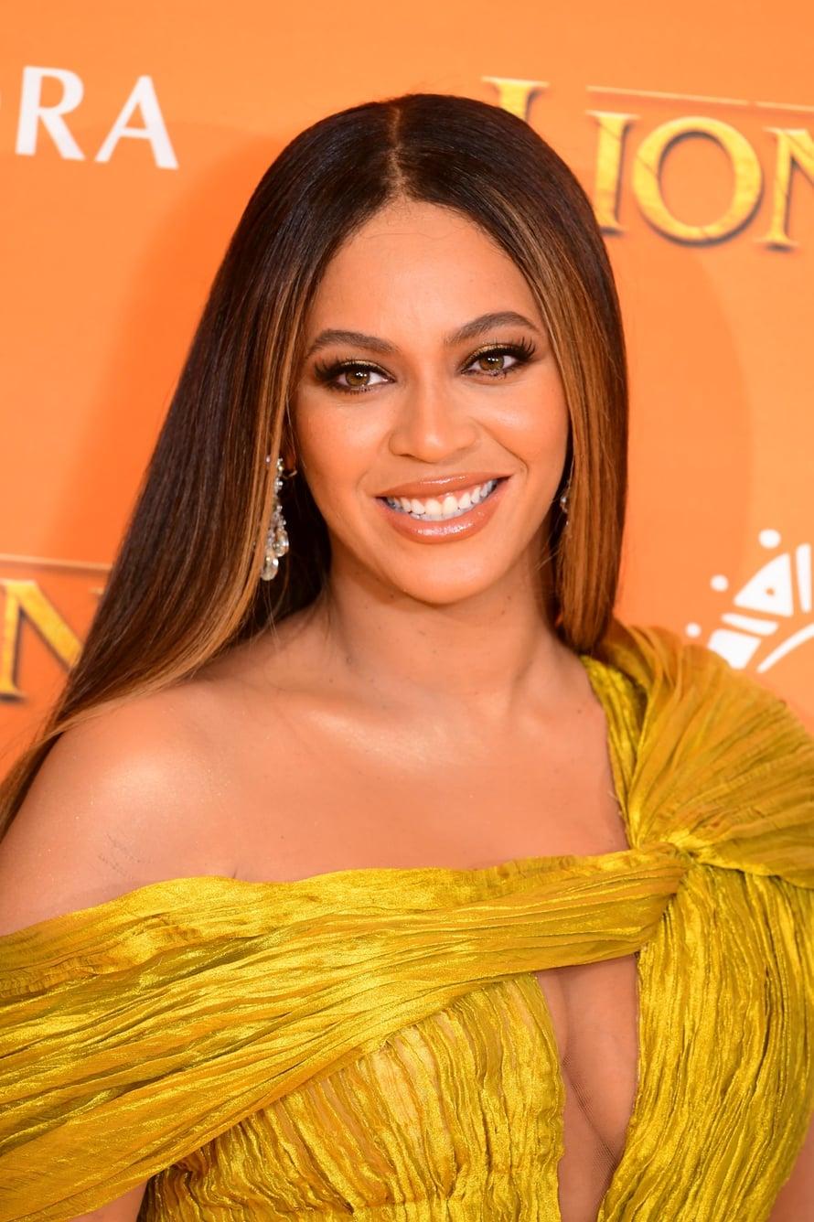 Beyoncé raikasti yksivärisiä hiuksia etuosan ja latvojen raidoilla.