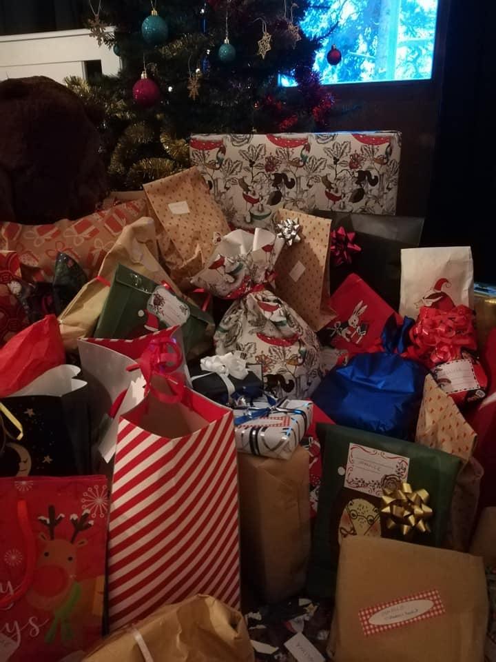 Pauliina tykkää ostaa lahjoja, paljon lahjoja. Osa niistä menee lahjoituksina ventovieraille.