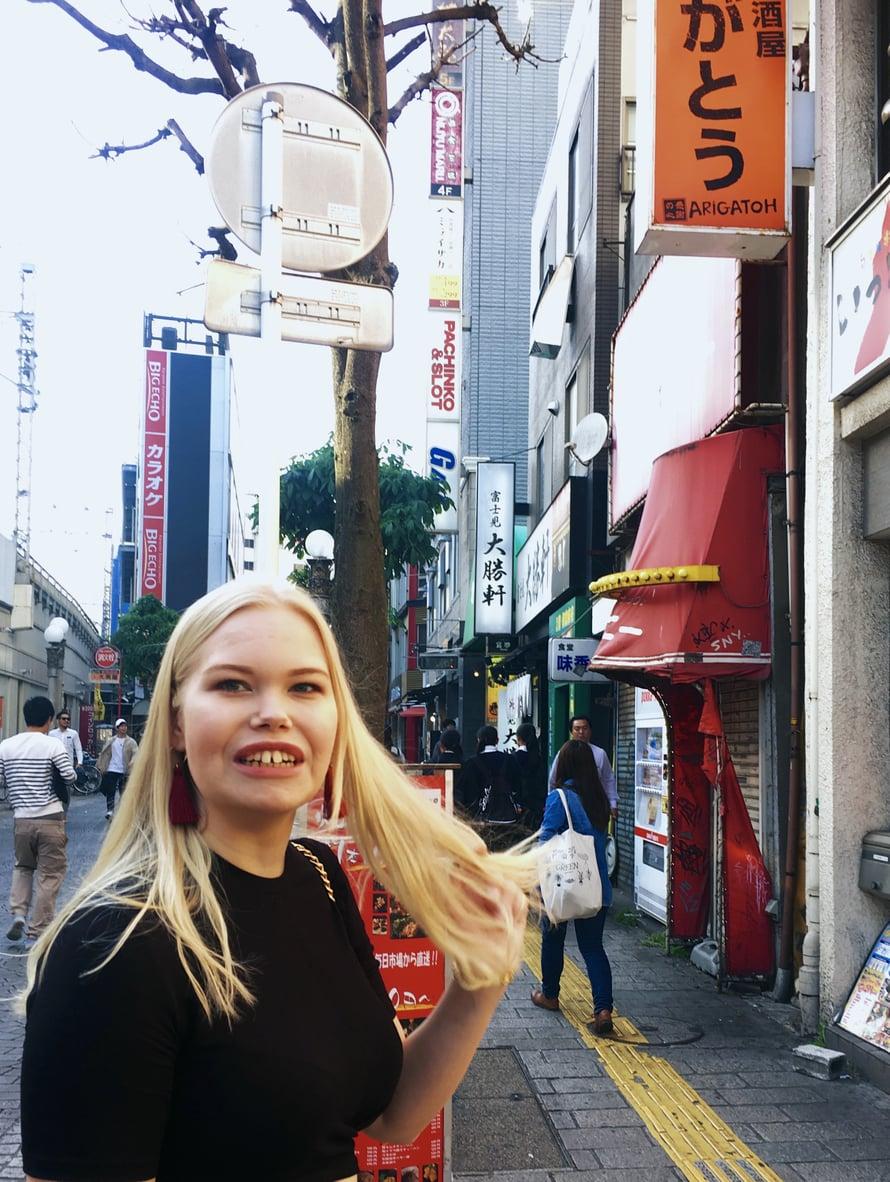 """Jenni haluaisi asua lähempänä Tokiossa sijaitsevaa kouluaan ja aikookin seuraavaksi etsiä asuntoa sieltä. Vaatimuksena on muun muassa toinen kerros tai ylempi sijainti: """"Koulussammekin varoitellaan pikkuhousuvarkaista, jotka näpistelevät alusvaatteita ensimmäisen kerroksen asunnoista. Muutenhan täällä on todella turvallista enkä ole koskaan pelännyt yölläkään Japanissa."""""""