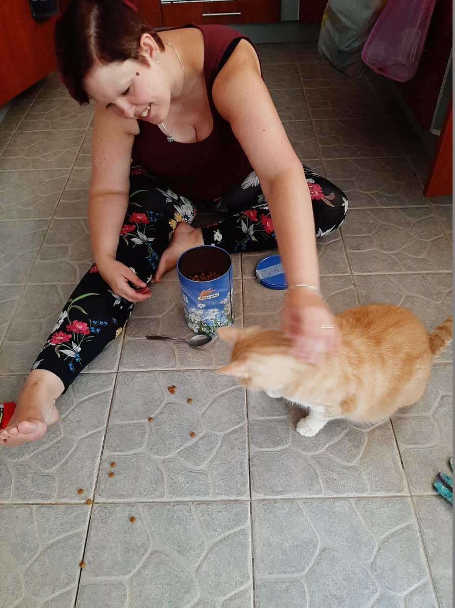"""Kuvassa Linda ja Pau-kissa. """"Paukki on erityisen innokas tuhoamaan johtoja ja tekemään muita kepposia."""""""